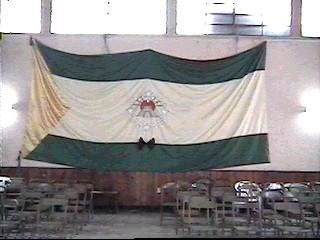 Bandera de Huehuetenango colocada en el interior del salón municipal