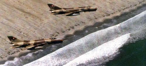 Foto: Pareja de Su-22A Fitter F peruanos sobrevuelan costas peruanas.