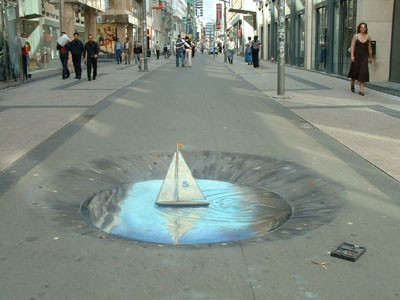 Este artista urbano no ocupa aerosoles sino lápices de cera. A continuación podrán ver trabajos hechos para Coca Cola o Sony.