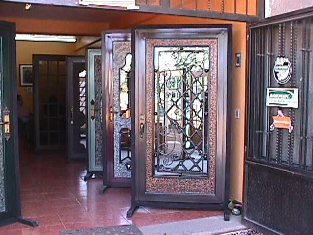 Casa en constructor instalacion de puertas de forja for Modelos de puertas de hierro con vidrio