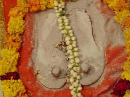Manifestazione di vibhuti, amrita, kumkum, ecc  nel mondo