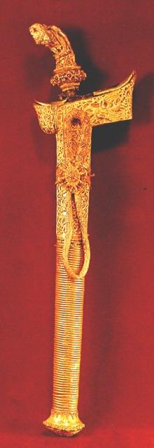 Keris Bima, Nusa Tenggara Barat. Keris ini diduga milik keluarga bangsawan tinggi, sarung dan hulunya berlapis emas.