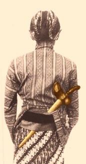 Mengenakan keris dengan cara moglèng menurut adat Yogyakarta