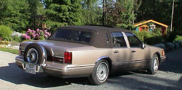 1993 Lincoln Town Car Signature Touring Sedan