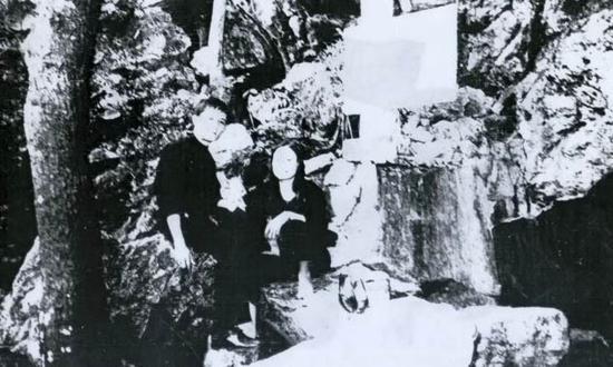 vợ chồng Trung và Duyên bên dòng suối ở Hang Pắc Bó