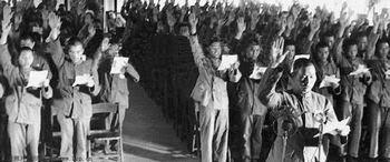 tập thể đứng trước chân dung Chủ tịch Mao